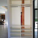 Aménagement d'étagères au format adapté pour créer du rangement dans une niche