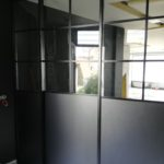 Séparation de pièce avec portes coulissantes pour un opticien à Angers par les Ateliers Michel